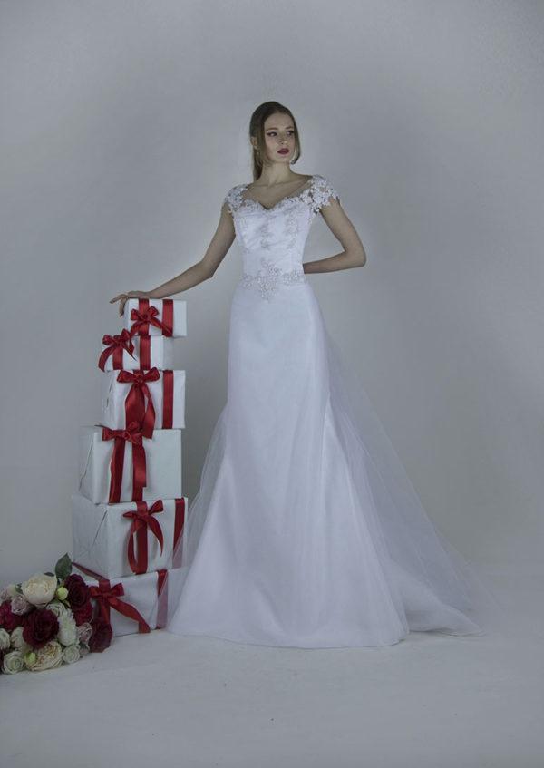 Vous allez adorer l'élégance et l'allure épurée de cette robe de mariée