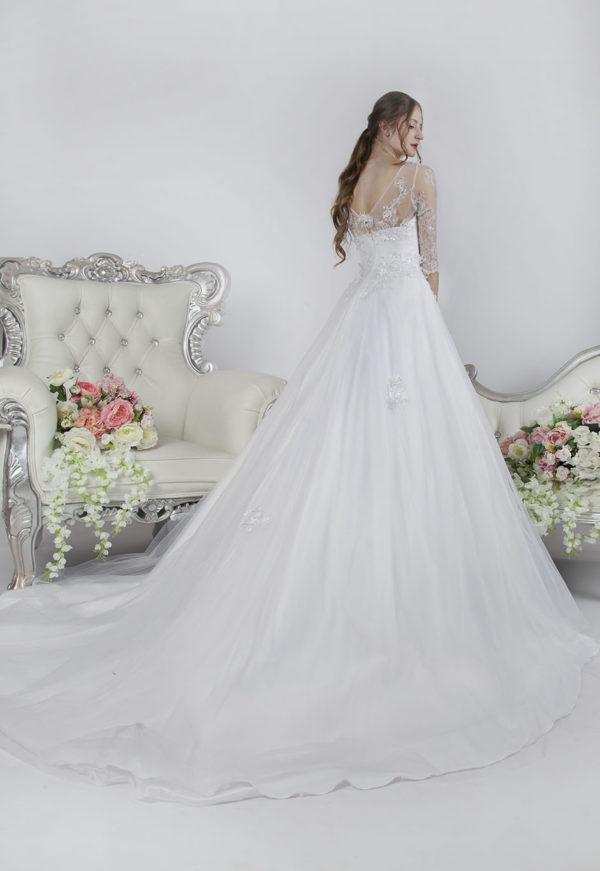 Robe de mariée princesse avec des manches en dentelle à Paris