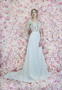 Le devant d'une robe de mariée avec un bustier transparent