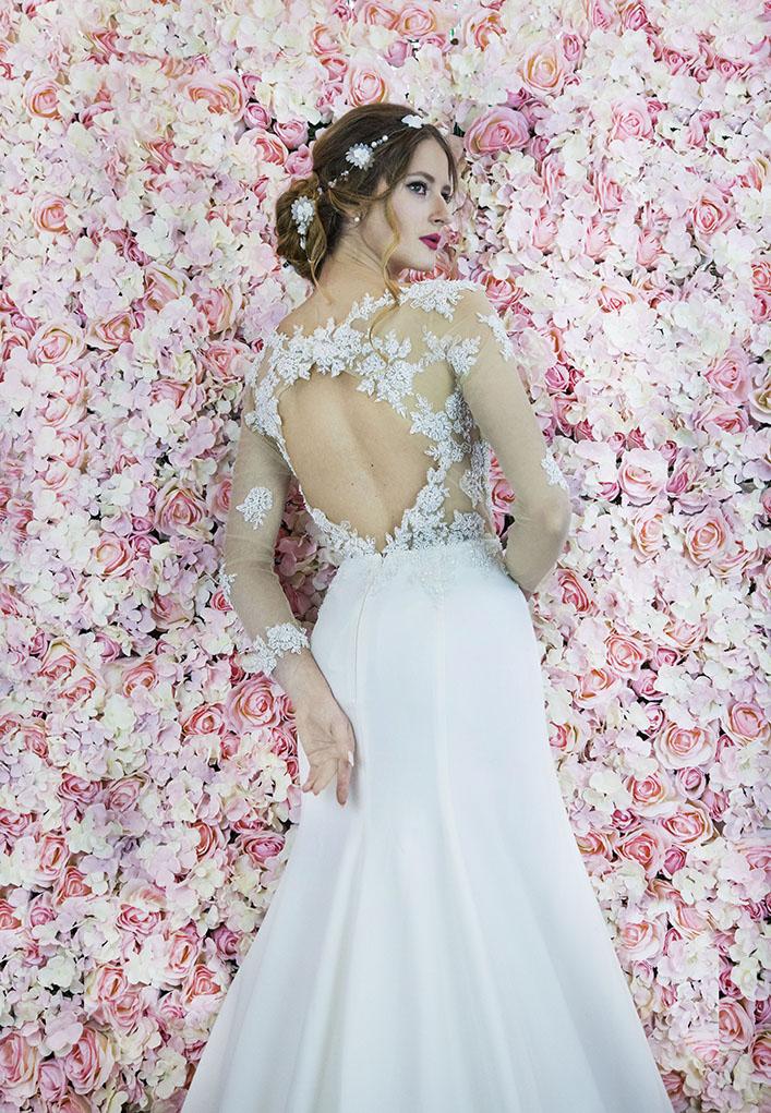 Un sublime dos d'une robe de mariée transparent avec un écolleté