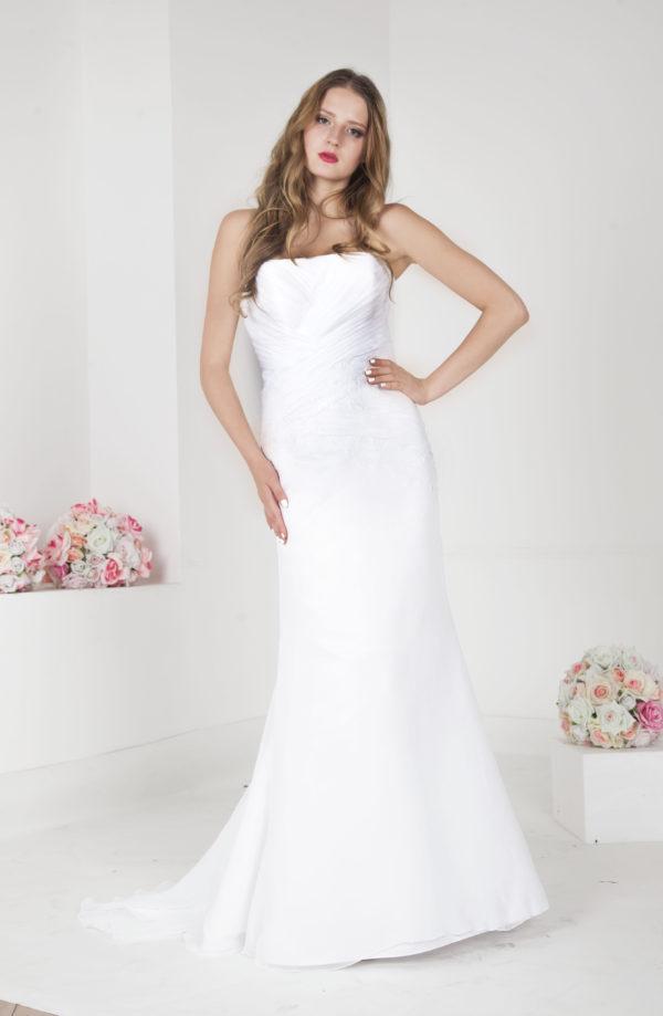 Robe de mariage couleur blanc avec un drapé et dentelle
