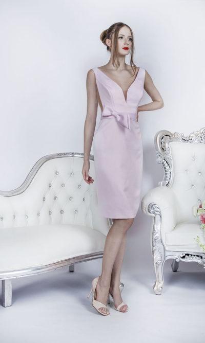 Robe de soirée rose pâle avec décolleté profond