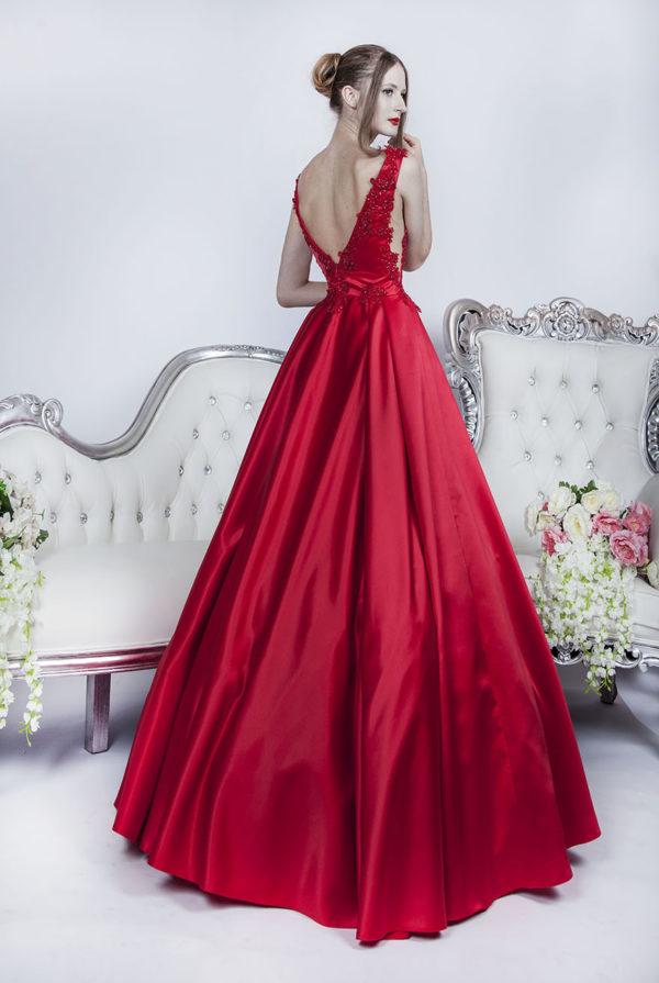 Robe de soirée en satin rouge avec grand décolleté au dos