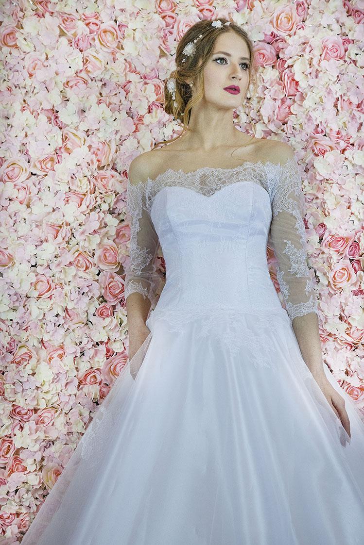 Le haut d'une robe de mariée avec une coupe originale
