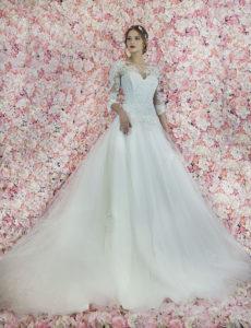 Robe de mariée avec un bustier et manches entièrement brodés avec de la dentelle