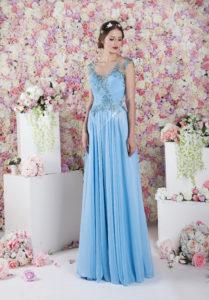 Une robe de soirée pour demoiselle d'honneur bleu ciel avec une jupe fluide