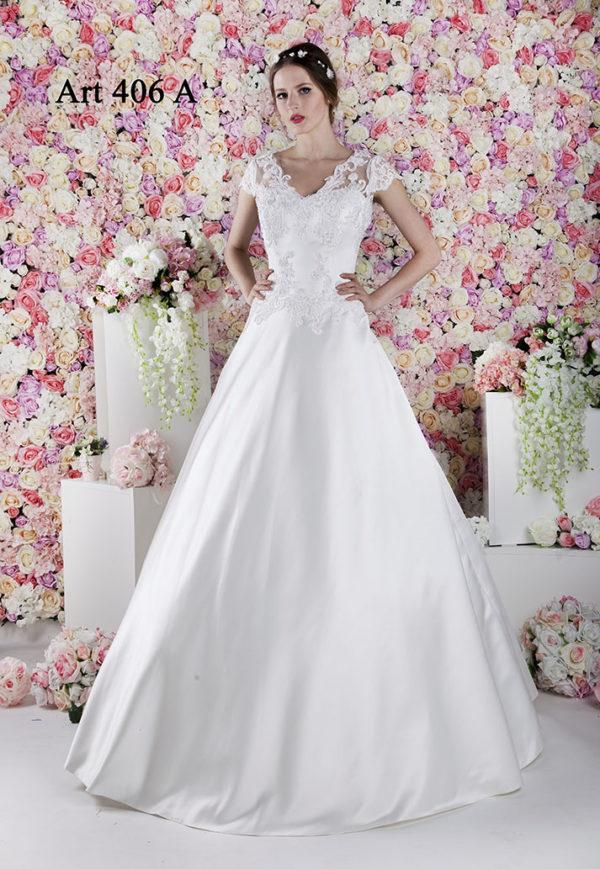 Robe de mariée avec une jupe en tulle et manches en dentelle