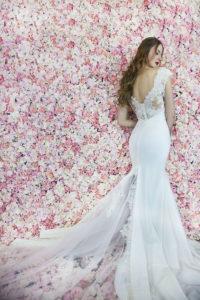 Un dos original d'une robe de mariée transparent