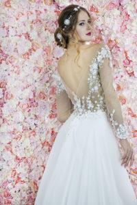 Le dos d'une robe de mariée au bustier transparent