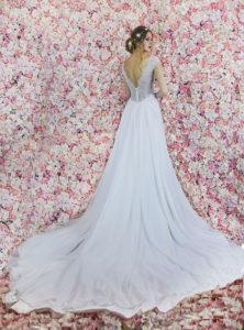Une longue traine d'une robe de mariée en mousseline