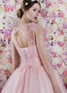 Le dos travaillé de cette robe de soirée pour mariage ou un bal