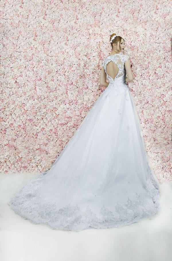 Robe de mariage avec une bordure en dentelle
