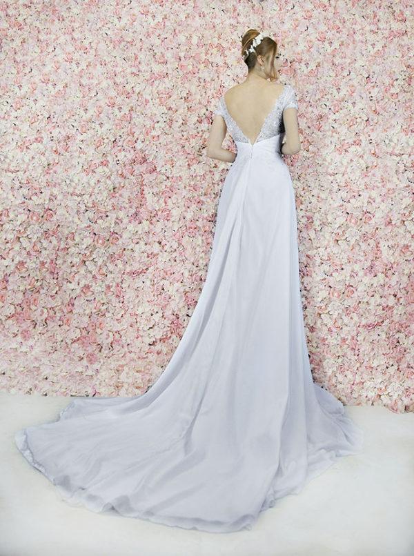 Robe de mariée avec une jupe à drapé asymétrique