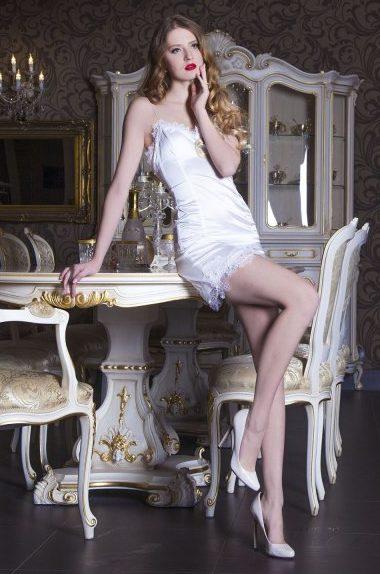 Petite robe de cocktail moulante blanche avec perles et dentelle