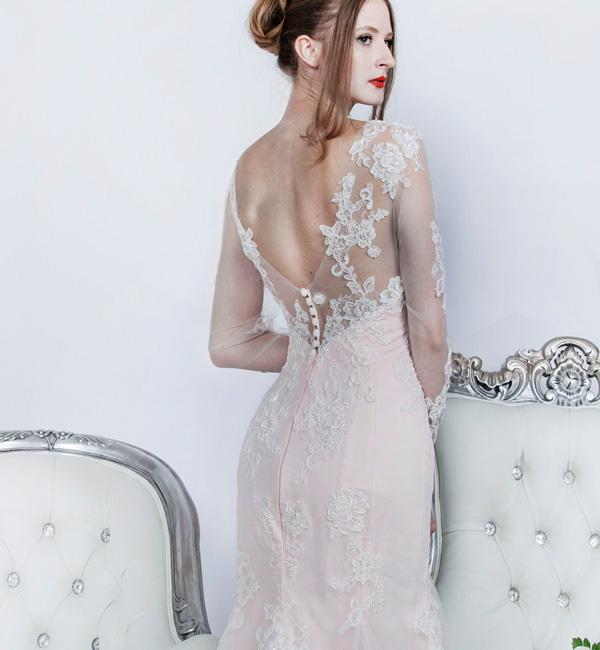 Robe de mariage originale rose avec dentelle ivoire