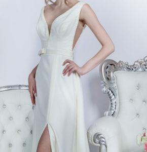 Détail d'une robe de mariée originale de couleur jeune claire