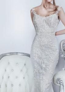 Détail sur le haut d'une robe de mariée entièrement couverte en dentelle