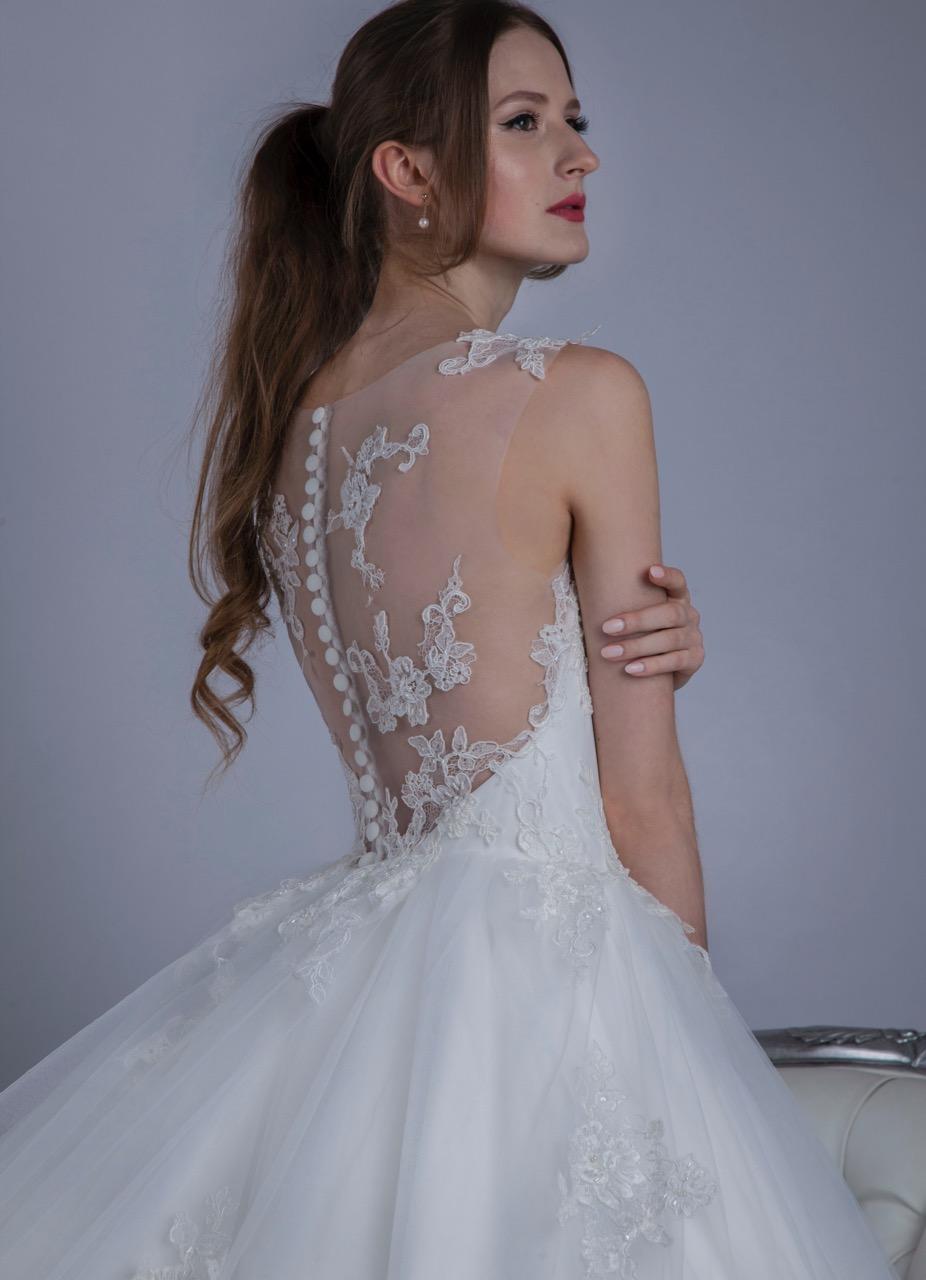 Robe de mariée avec un dos transparent et dentelle