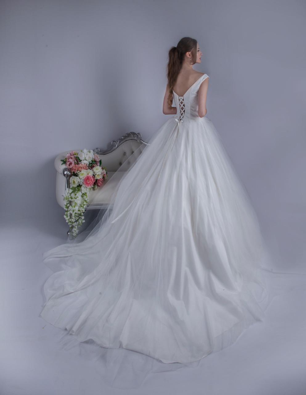 Robe de mariée en tulle avec un laçage nu au dos