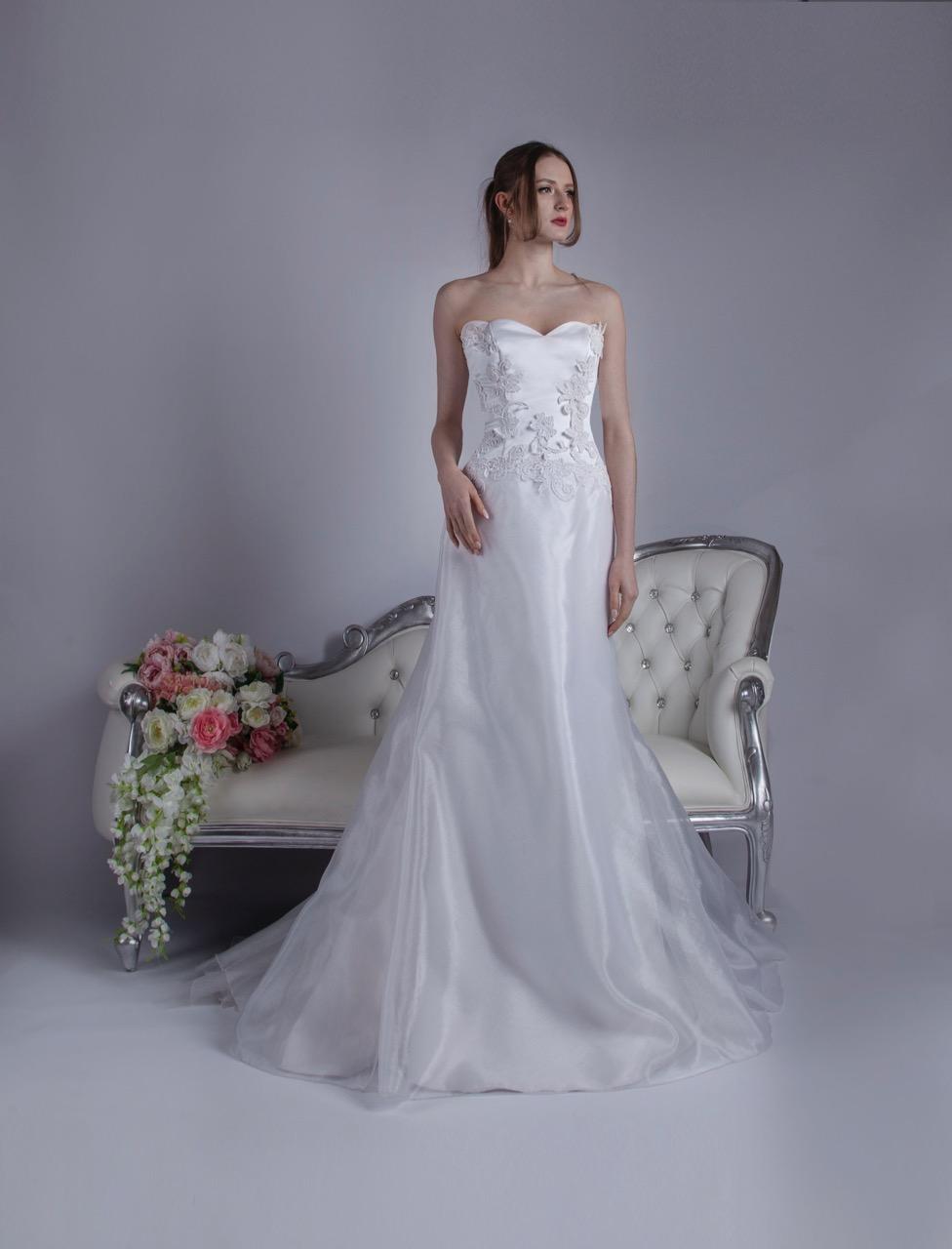 Robe de mariée travaillée avec une dentelle épaisse
