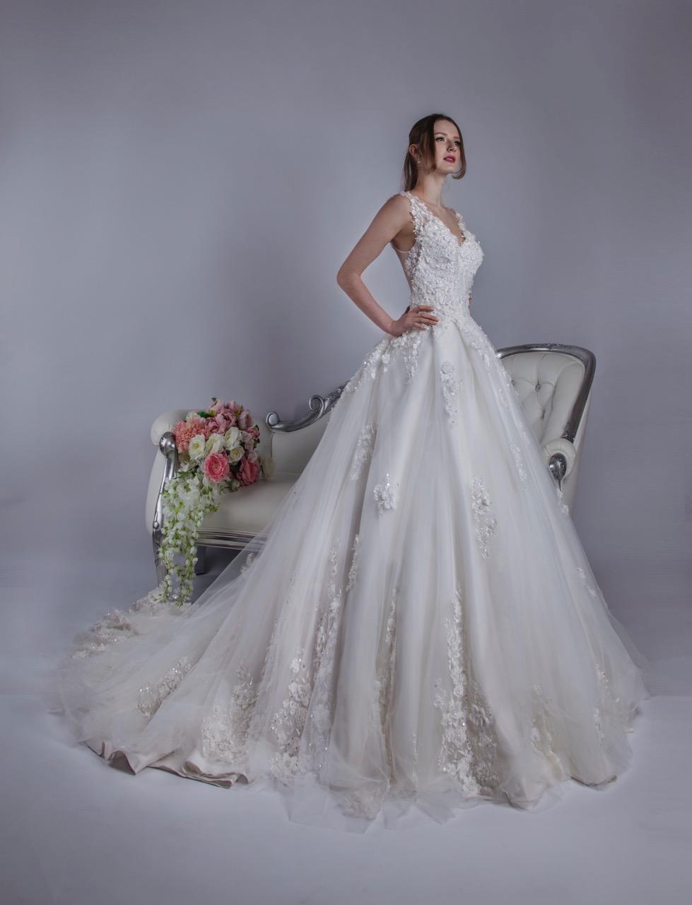 Robe de mariée imposante en tulle et une traine