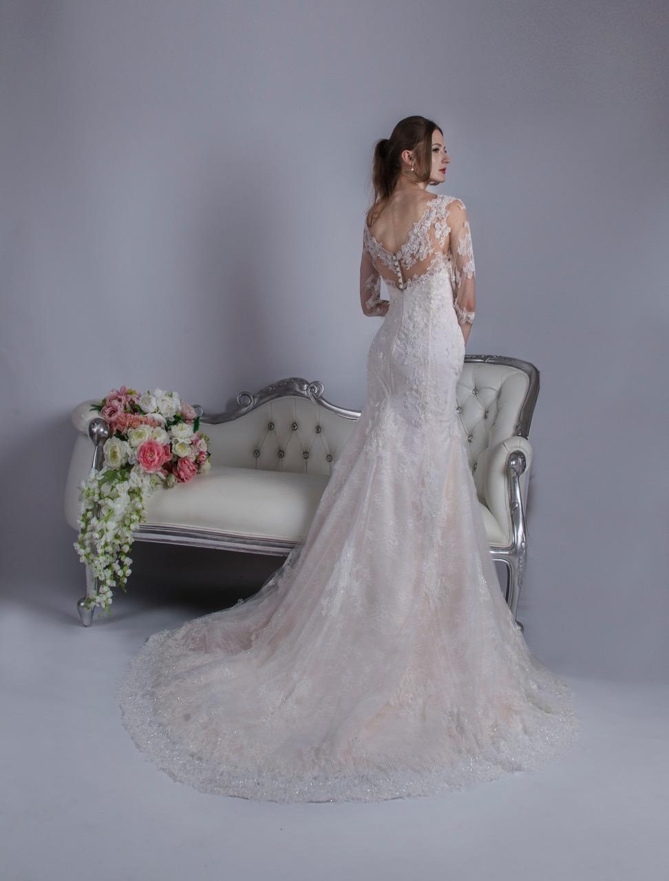 Robe de mariée avec une jupe travaillée en broderies
