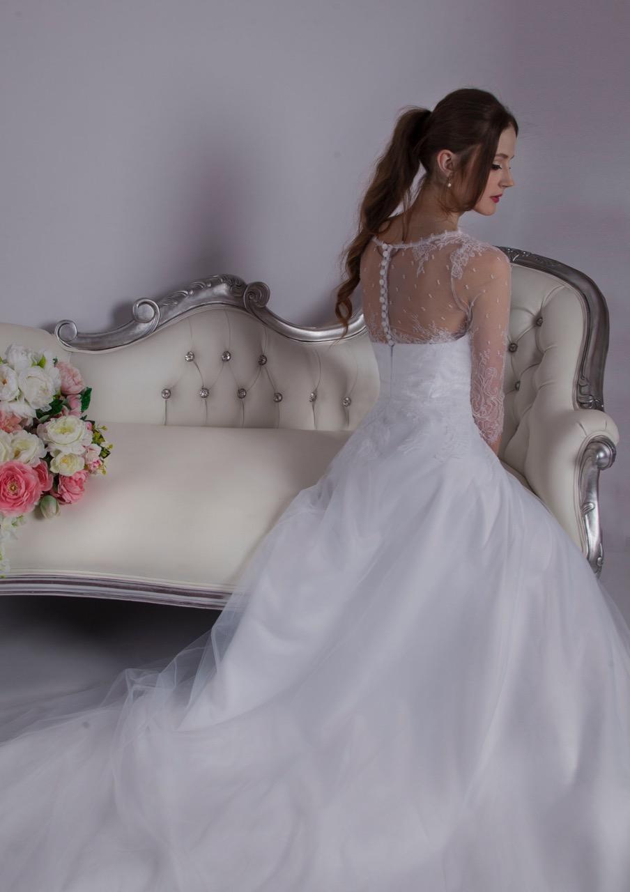 Robe de mariée bohème avec une jupe fluide et des boutons