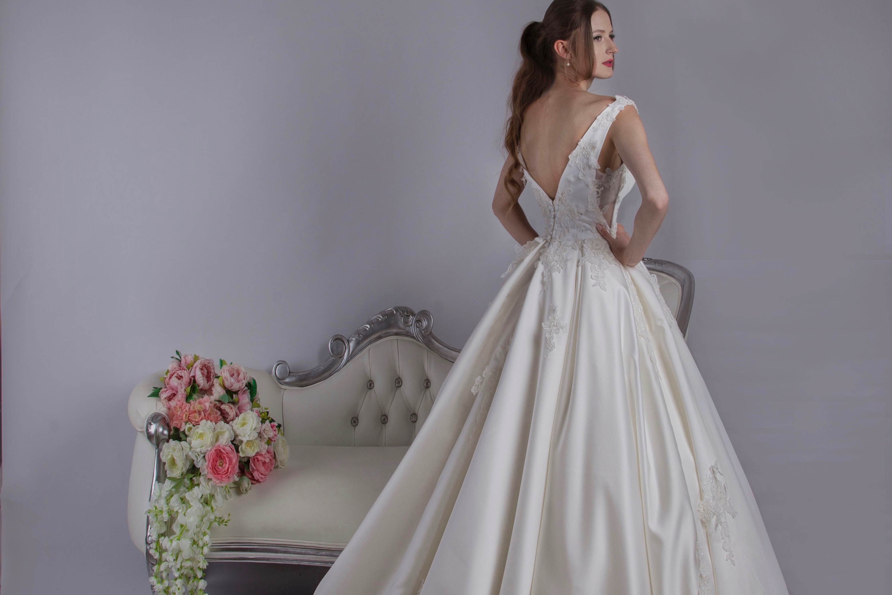 Robe de mariée princesse avec une grande traine et un dos nu