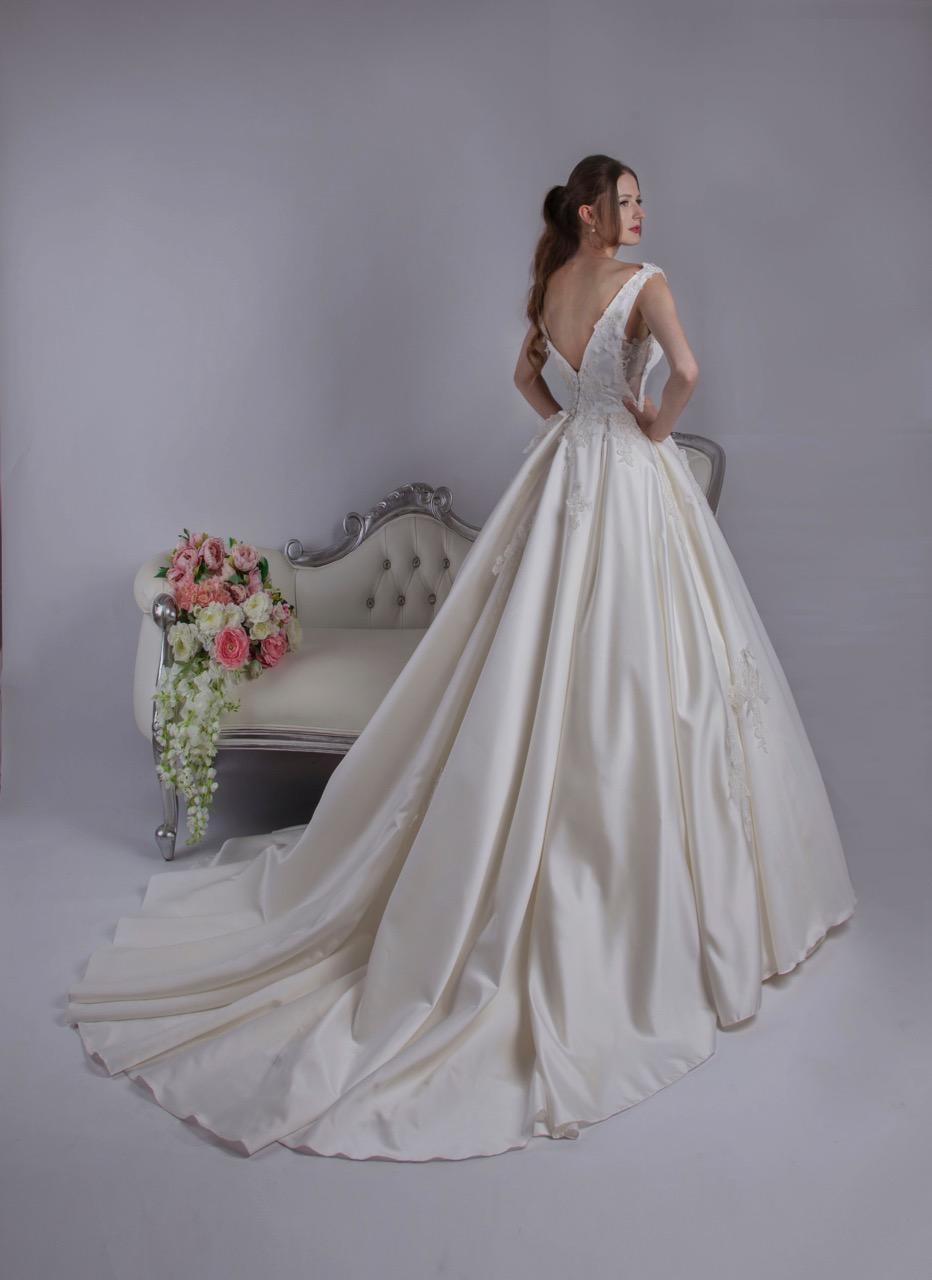 Robe de mariée avec un do en V et de la dentelle