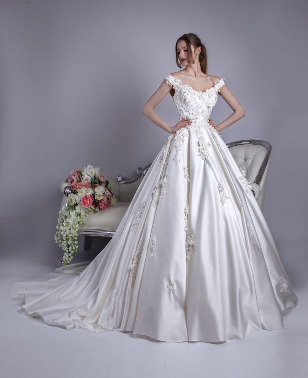 Robe de mariée avec des manches tombantes et une jupe volumineuse