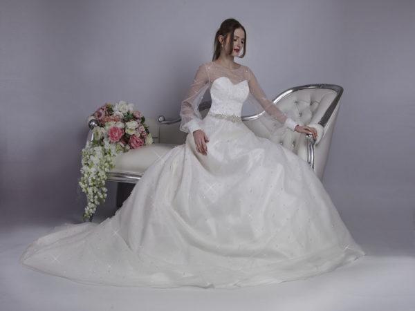 Robe de mariée avec ceinture en strass et brillants
