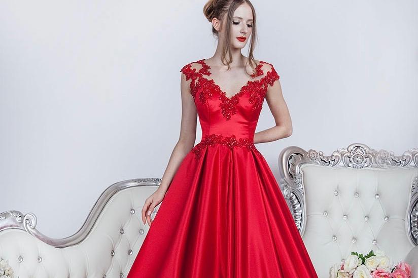 Robe de soirée de couleur rouge avec de la dentelle