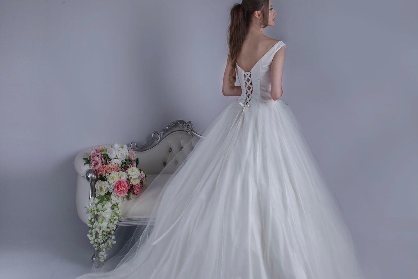 Robe de mariée avec un corset et laçage au dos