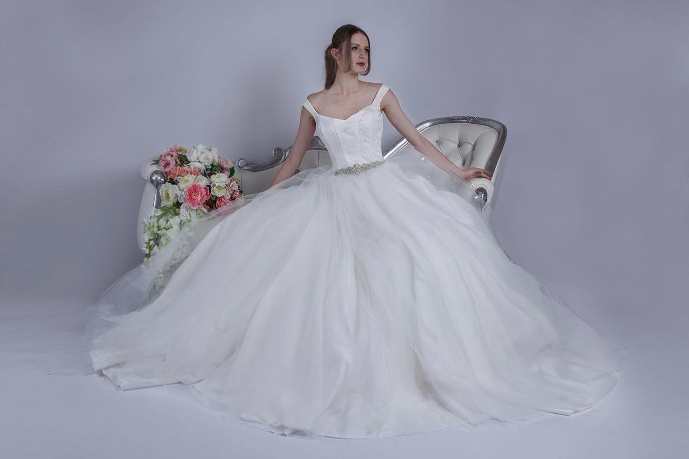 Robe de mariée avec une ceinture en cristaux brillants