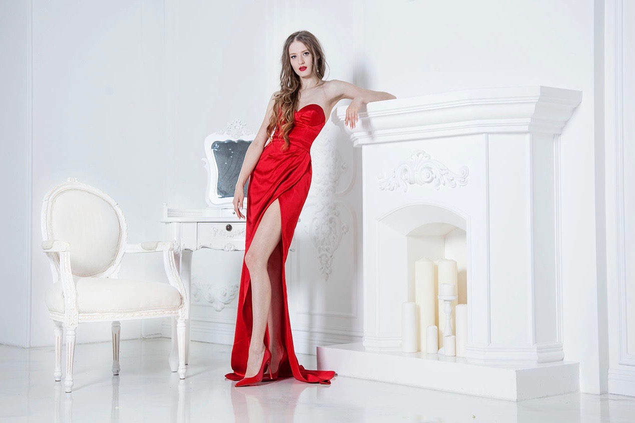 Robe de soirée en satin rouge avec fente