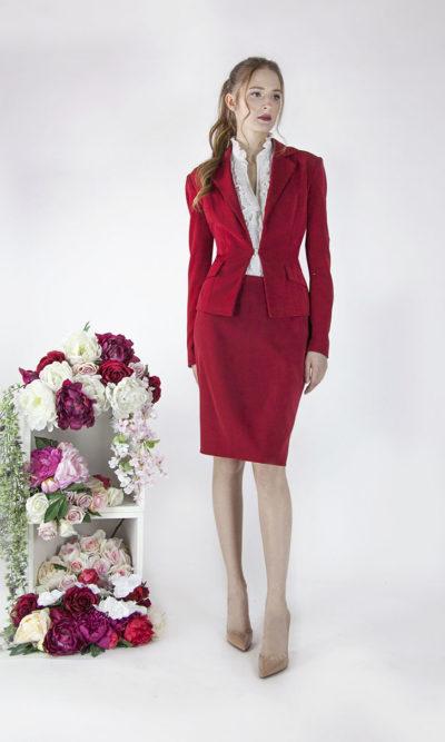 Joli tailleur rouge pour soirée ou mariage