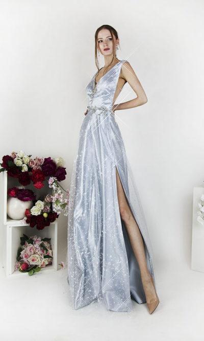 Robe de soirée jupe fluide couleur argentée fendue sur le côté
