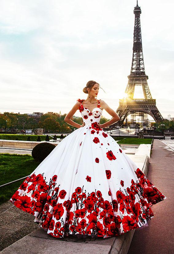 Robe de bal à fleurs rouges