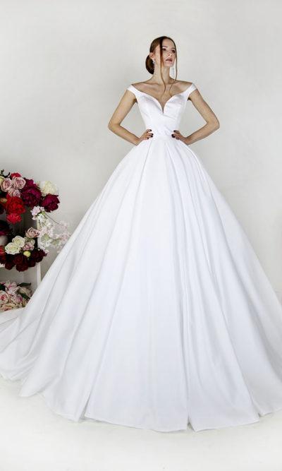 Robe de mariée en satin avec des bretelles à épaules découvertes