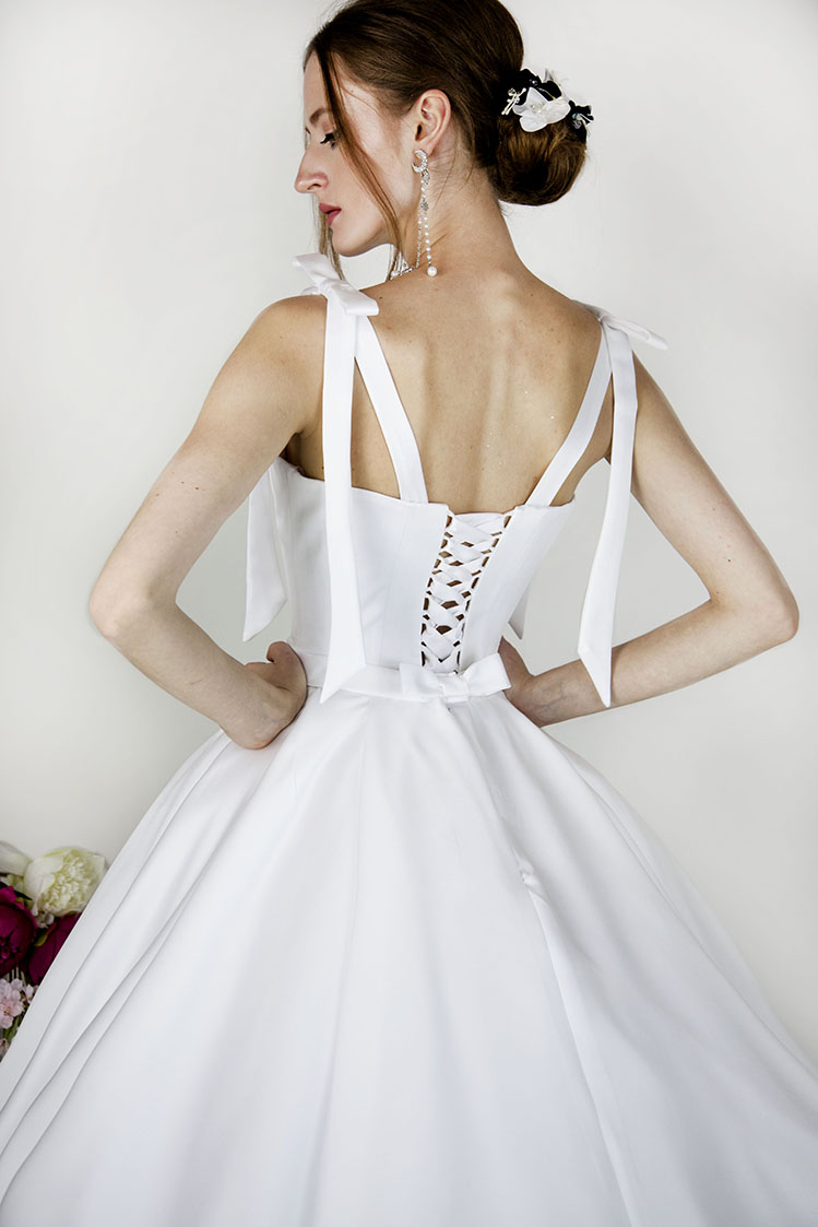 Robe de mariage à bretelles en satin blanc