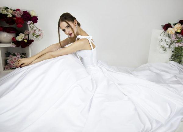 Robe de mariée avec jupe en satin coupe volumineuse