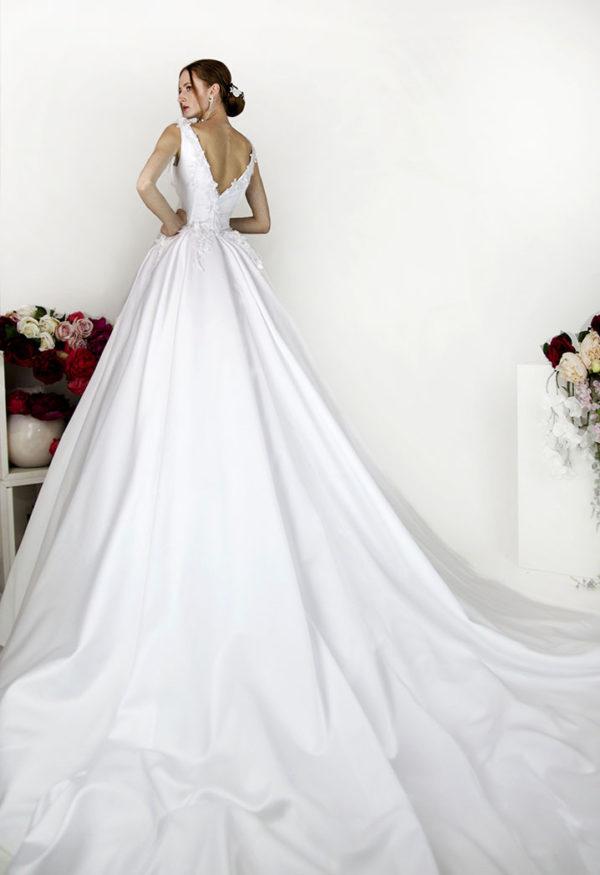 Robe de mariage en satin avec grande jupe