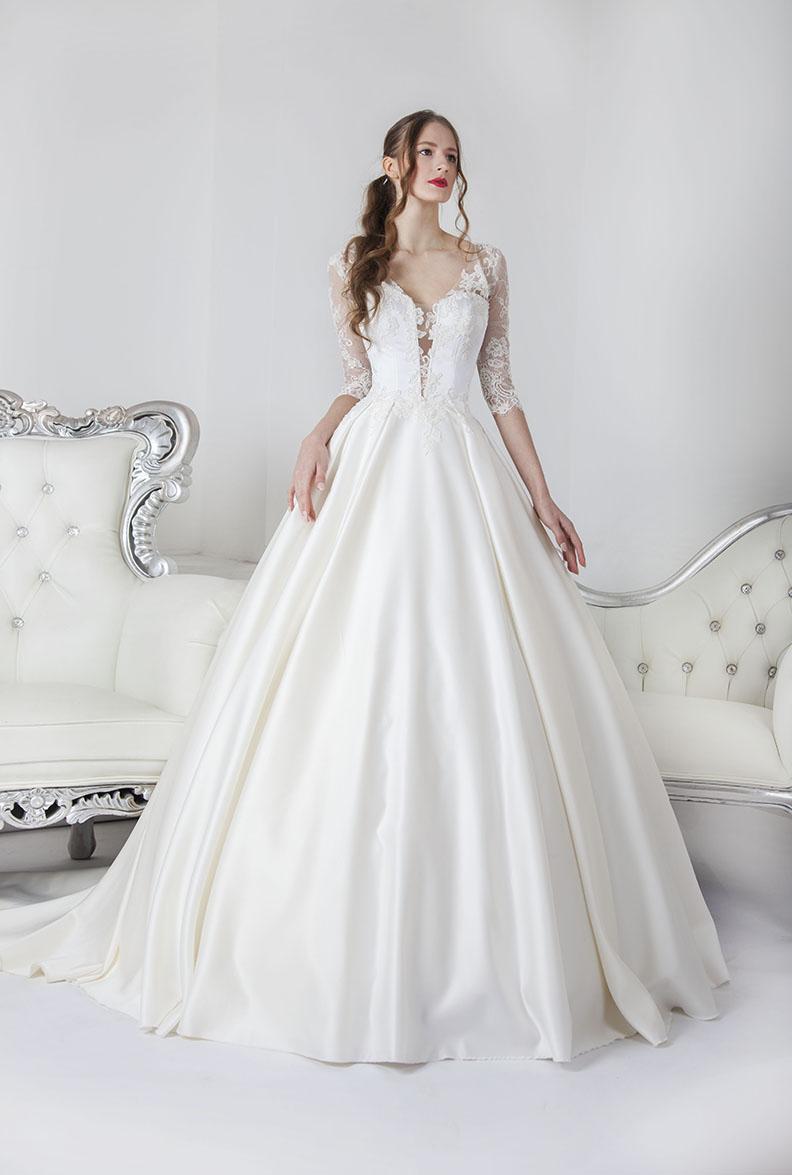 Robe de mariée en jupe en satin et corset en dentelle