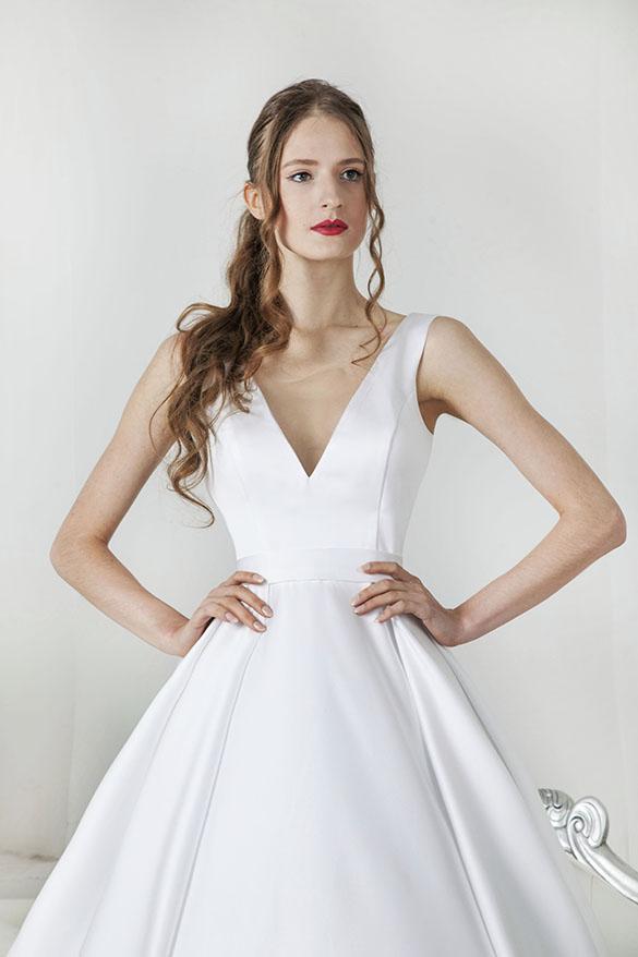 Robe de mariée en satin avec bustier simple à bretelles