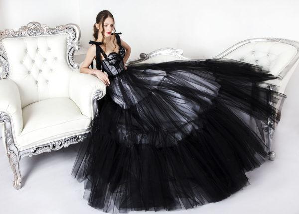 Robe de soirée coupe princesse noire avec grande jupe volumineuse