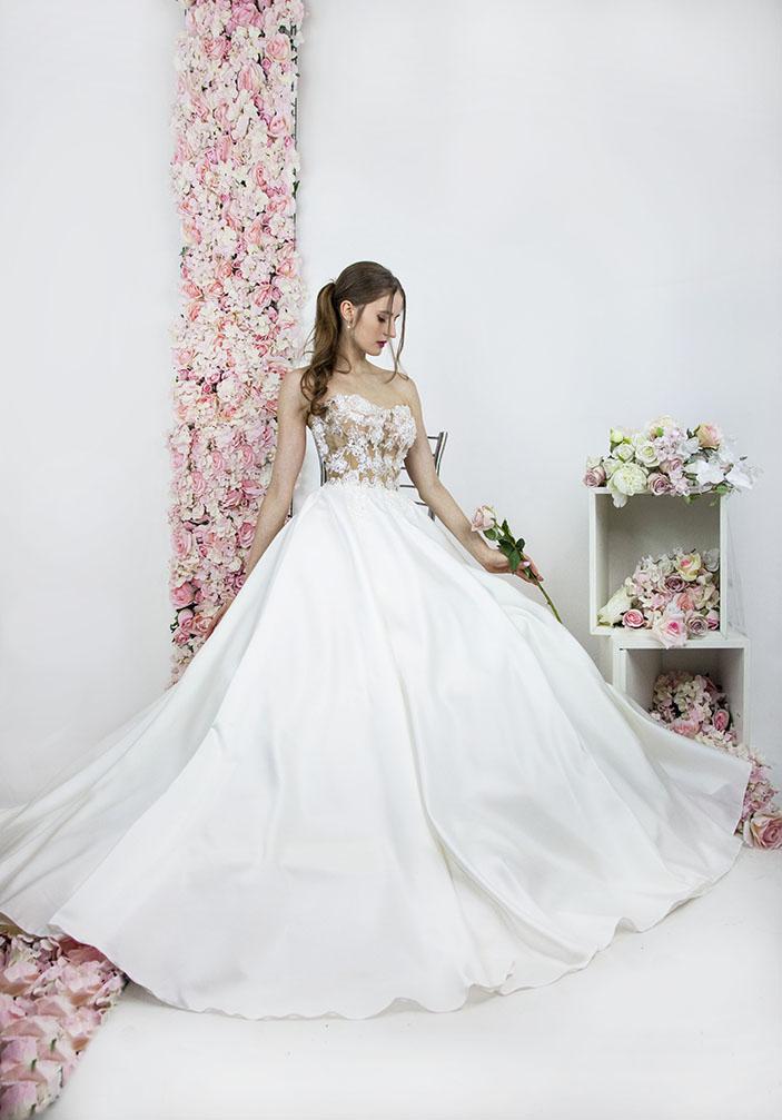 Robe de mariée avec un corset en tulle couleur chair