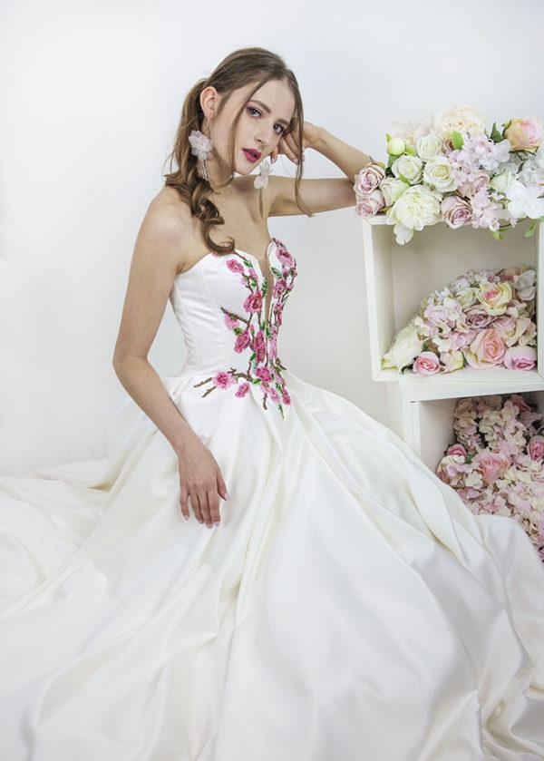Robe de mariée ivoire avec fleurs roses