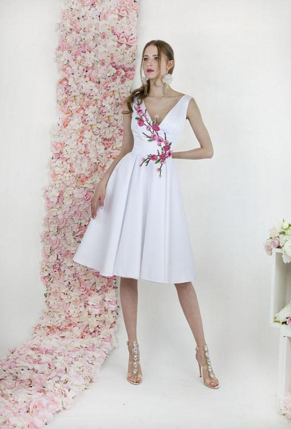 Robe de mariée courte blanche avec dentelle rose