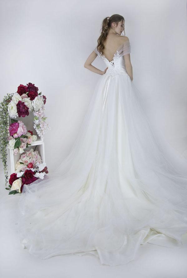 Robe de mariée avec longue traine et manches