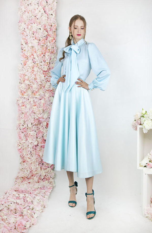 Jupe et blouse turquoise avec noeud